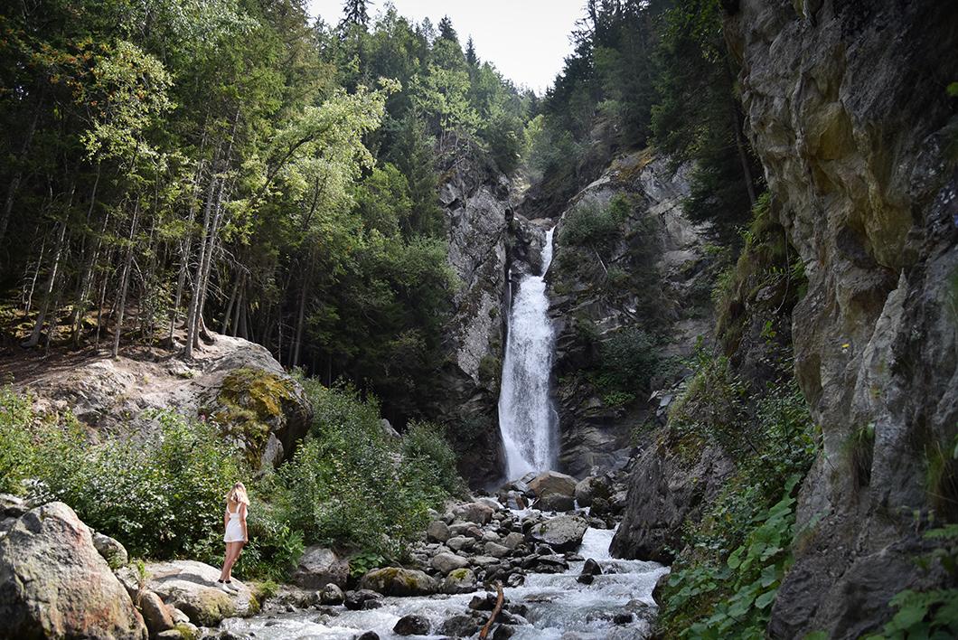 Aller à la Cascade du Dard, incontournable à Chamonix