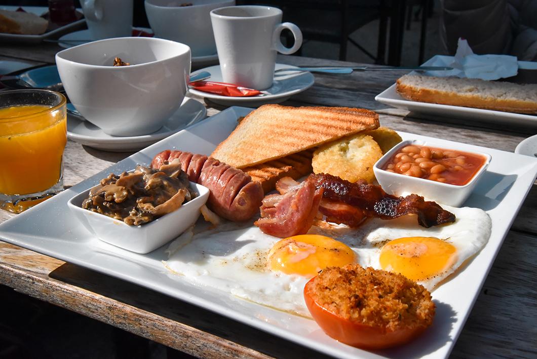 Prendre le petit déjeuner à l'Atelier Café à Chamonix