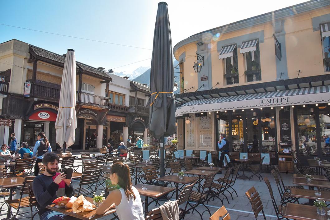 Petit déjeuner en terrasse à Chamonix