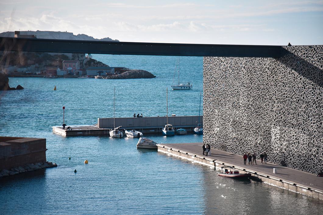 Flâner sur l'esplanade du J4, incontournables à visiter à Marseille