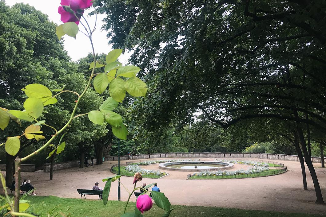 Pause au Jardin de la Poterne-des-Peupliers durant le GR 75 à Paris