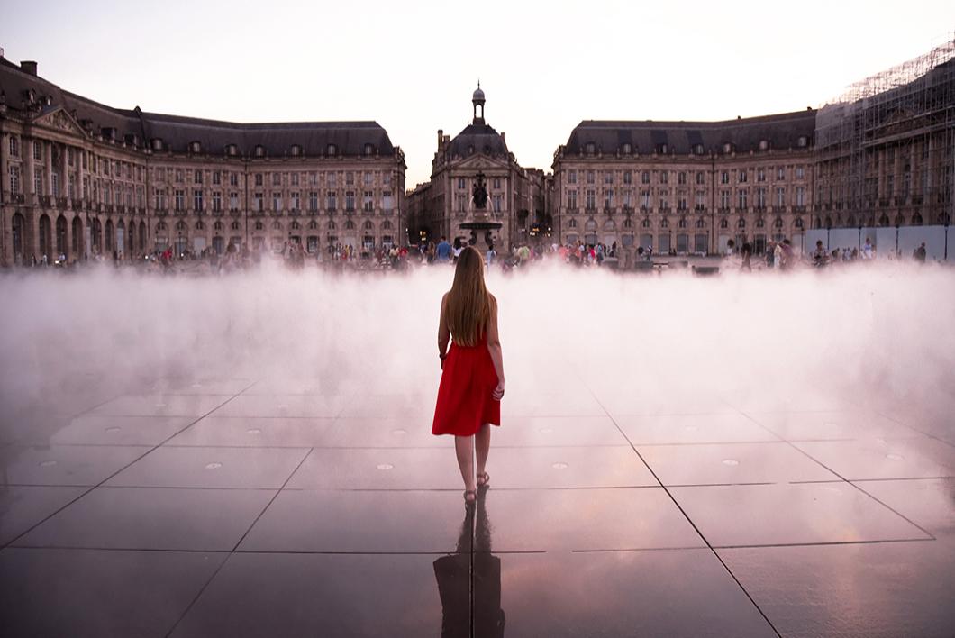 Marcher sur le miroir d'eau à Bordeaux