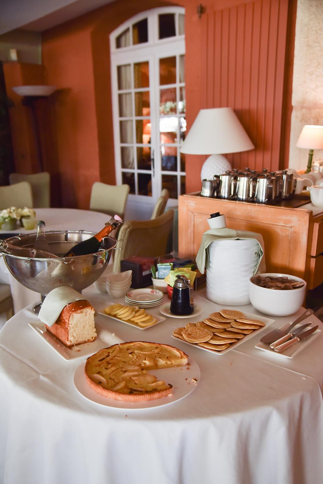 Buffet pour le petit dej à la Bastide du Calalou