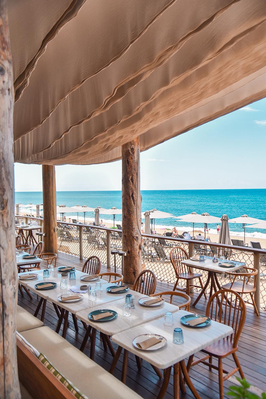 Déjeuner sur la plage au Barbouni sur la Costa Navarino en Grèce