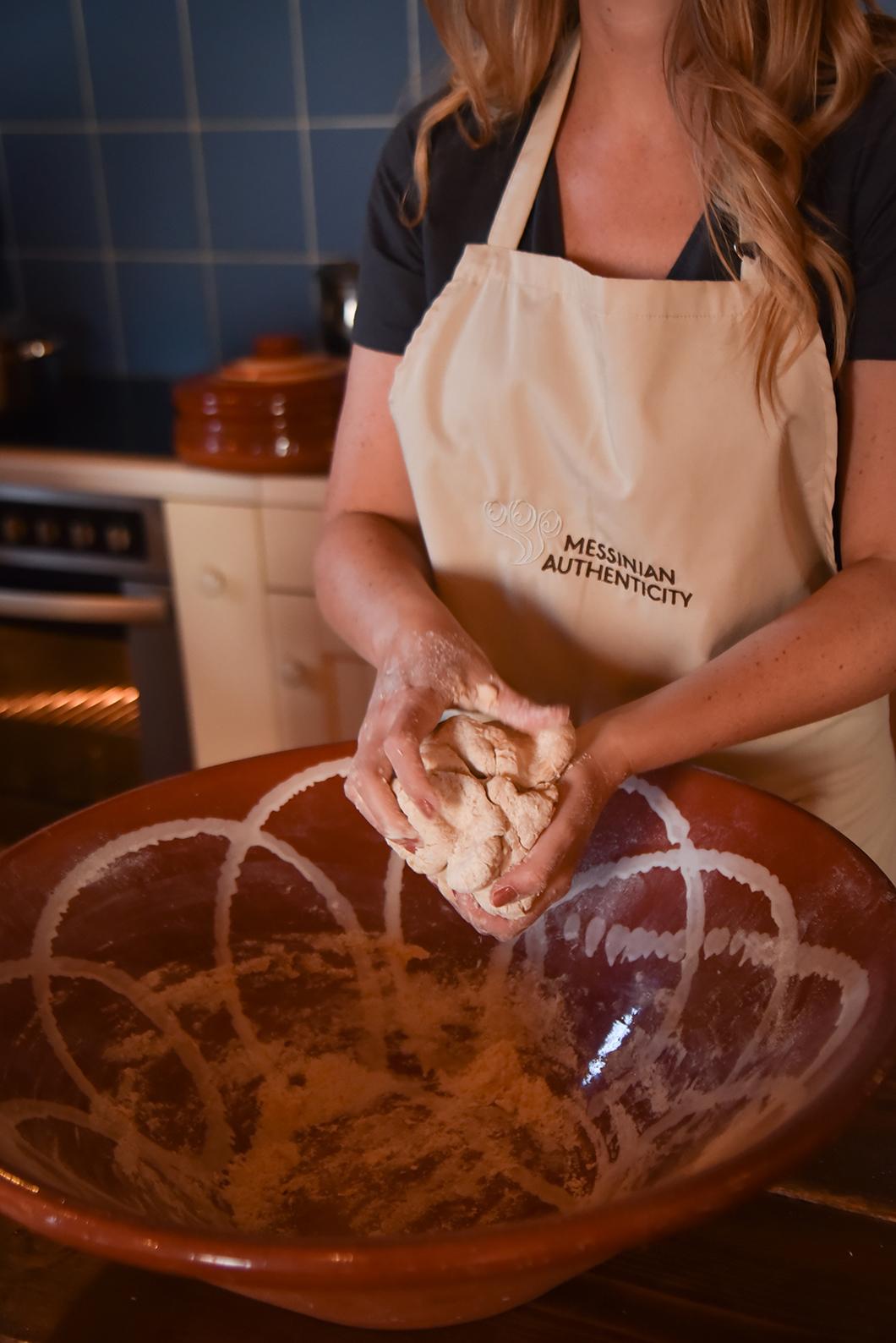 Faire un cours de cuisine dans une maison traditionnelle, incontournable à Pylos