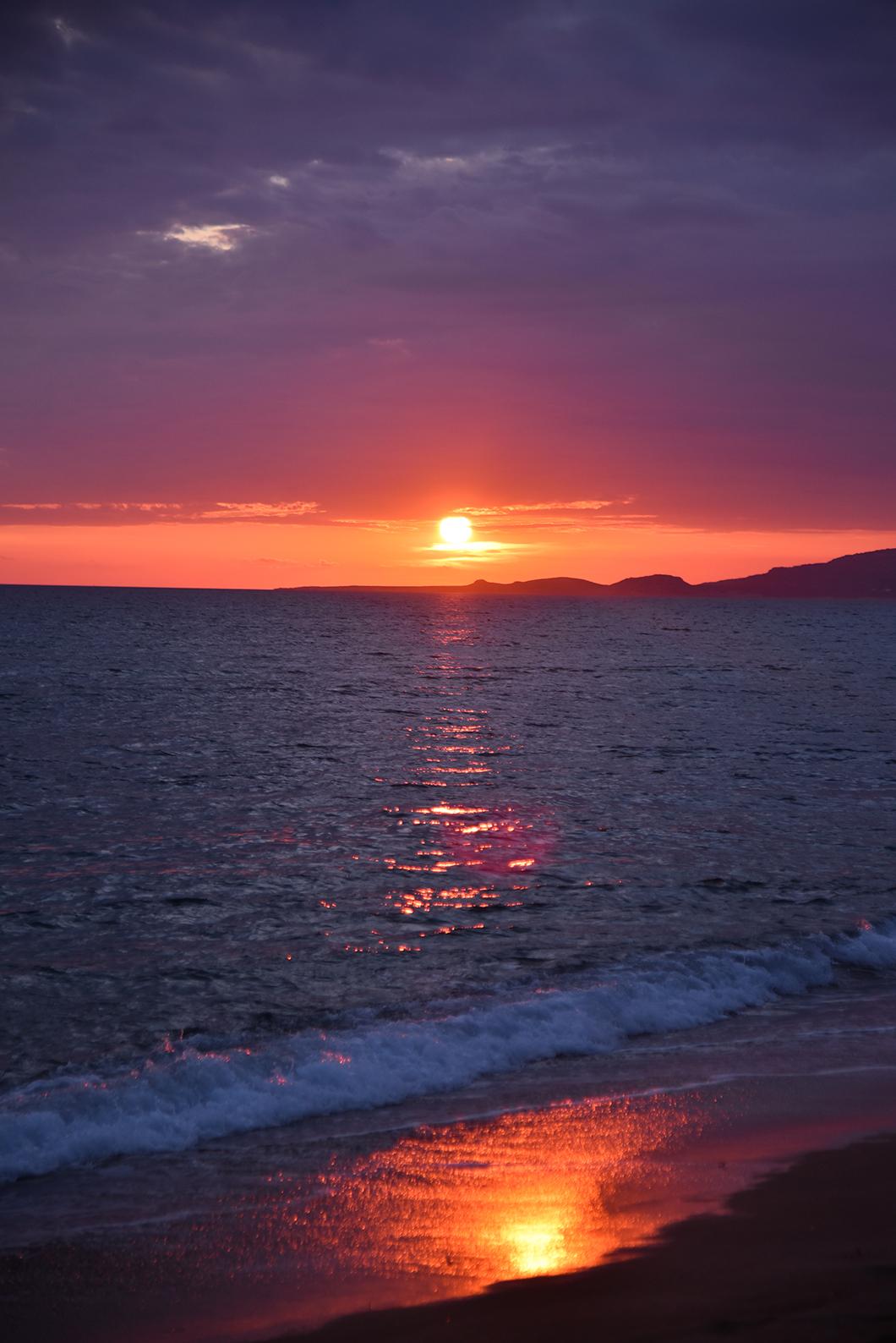 Coucher de soleil sur la plage sur la sur la Costa Navarino