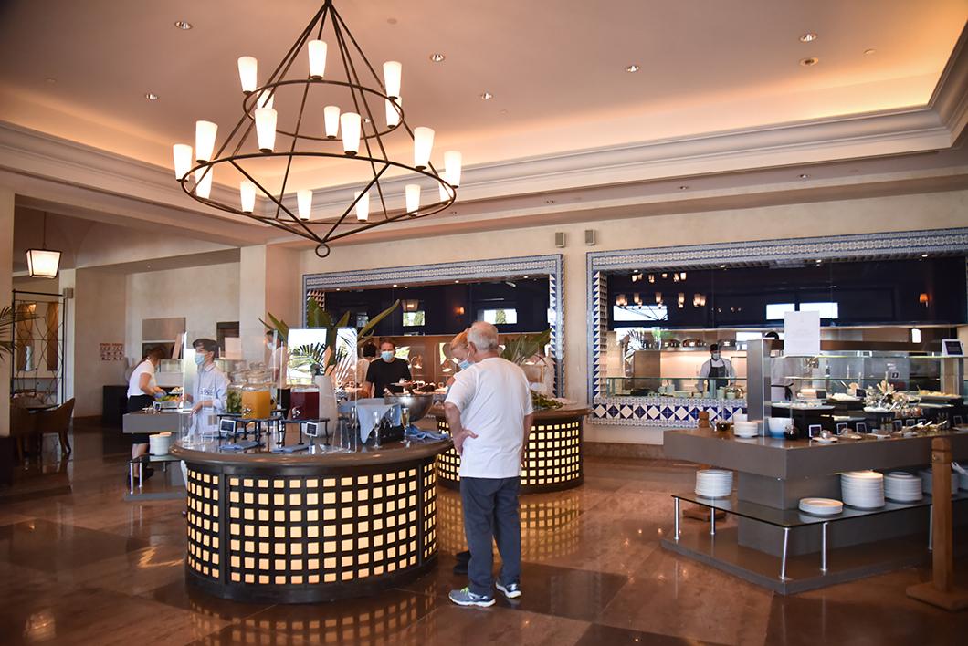 Le petit déjeuner de l'hôtel Romanos sur la Costa Navarino