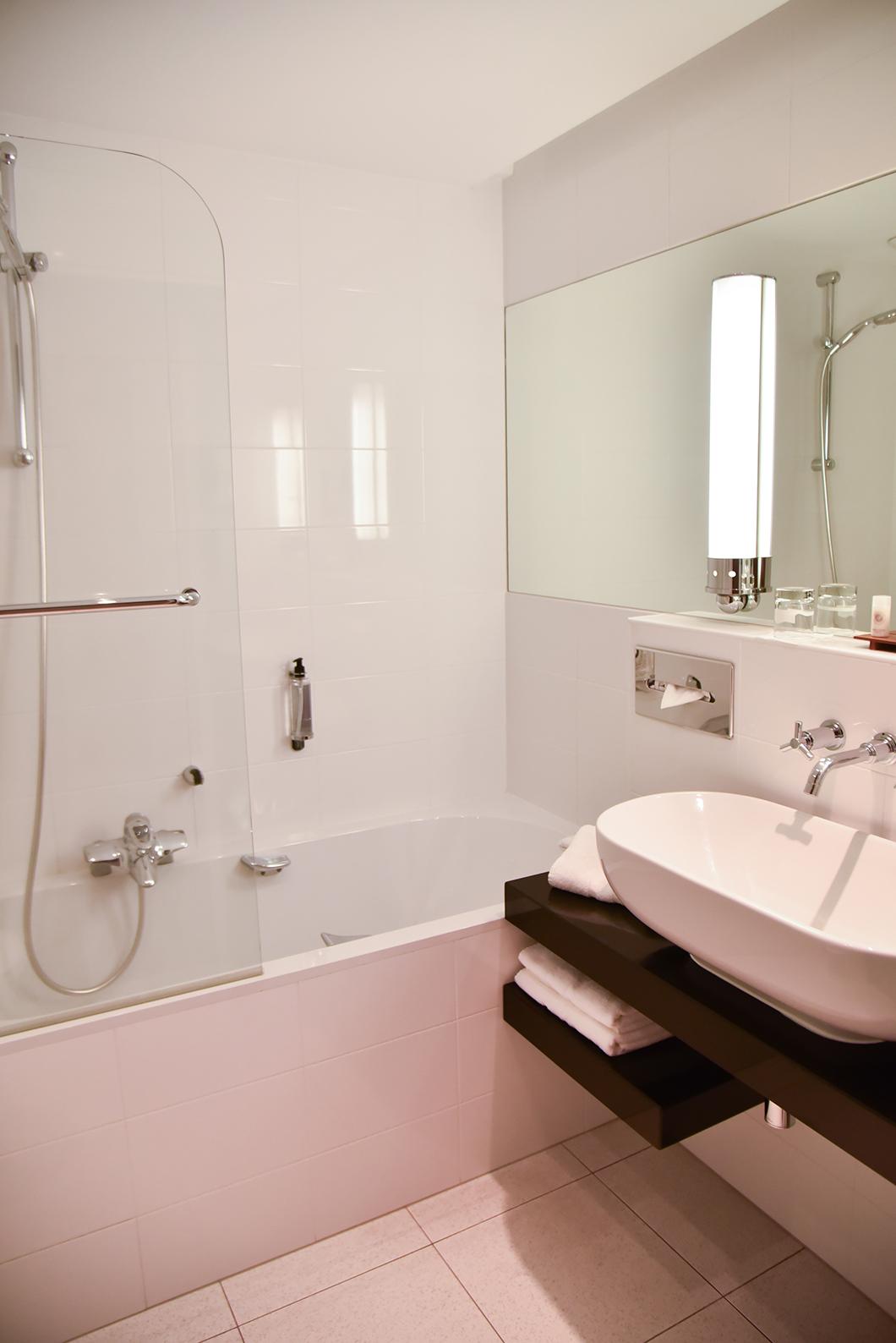 Chambre et salle de bain à Parc Hotel